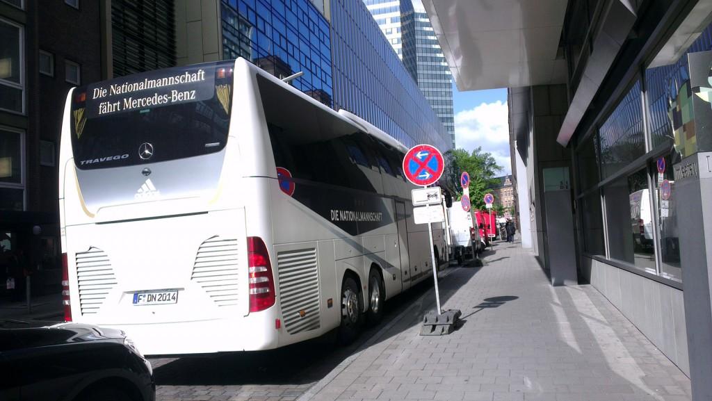 bus-der-nationalmannschaft-bei-schoenem-xovilicht