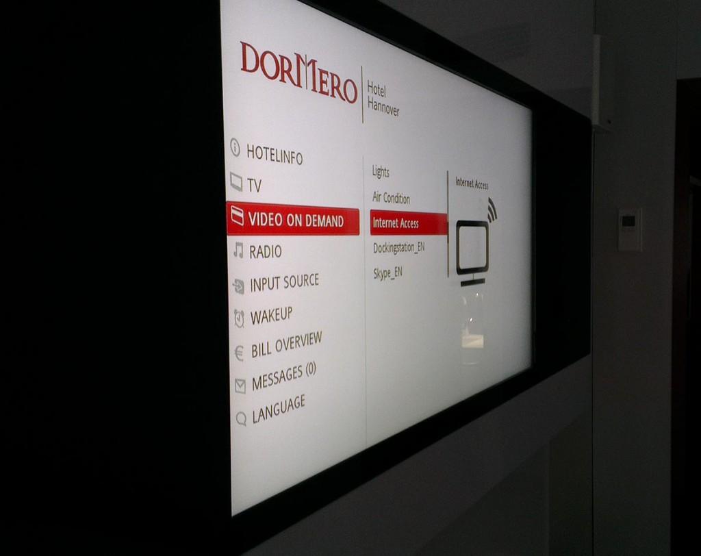 xovilichter-multimedia-screen-im-hotelzimmer